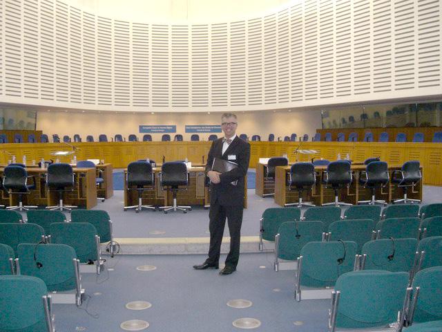 Botschafter Paul Seger im Gerichtssaal der Grossen Kammer